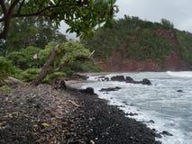 Plage noire de sable dans Maui Hawaï Photos stock