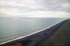Plage noire de sable en Islande Photos libres de droits