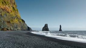 Plage noire de sable en Islande Images stock