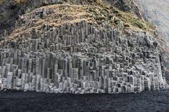 Plage noire de sable en Islande avec la roche Lava Mountain Photos stock