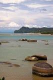 Plage noire de sable à l'île de Langkawi, Malaisie Photographie stock