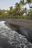 Plage noire de sable sur l'île image libre de droits