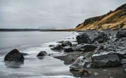 Plage noire de sable sur la côte de l'Islande Image libre de droits