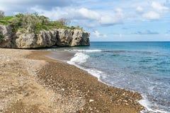 Plage noire de sables - vues du Curaçao image stock