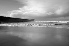 Plage noire et blanche de mer Image stock