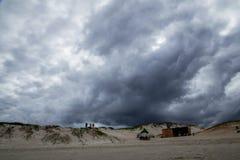 Plage nuageuse et belle au Brésil image stock