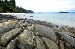 Plage nuageuse et rocheuse en île de Manukan photo libre de droits