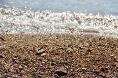 plage pierreuse de mail de ½ de ¿ d'ï avec une onde incidente sur le bardeau Images stock