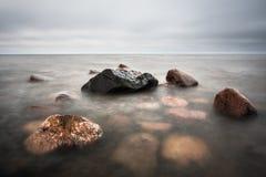 Plage pierreuse de mer baltique dans la soirée Images libres de droits