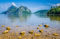 Plage pierreuse pendant la marée basse devant les roches énormes à l'arrière-plan, EL Nido, Palawan, Philippines photo libre de droits