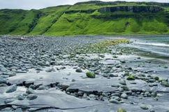 Plage plus audacieuse noire à la plage de Talisker sur l'île de Skye en Ecosse Images libres de droits