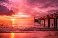 Plage, ponton et océan au coucher du soleil Photographie stock libre de droits