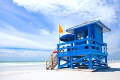 Plage principale de sièste, la Floride Etats-Unis, maison colorée bleue de maître nageur Photographie stock