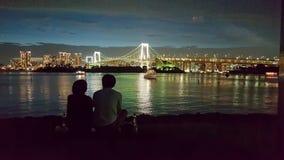 Plage publique chez Odaiba avec la vue d'arc-en-ciel pendant la nuit Photo stock