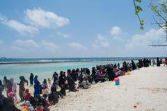 Plage publique complètement des personnes islamiques à l'île de Villingili photos libres de droits