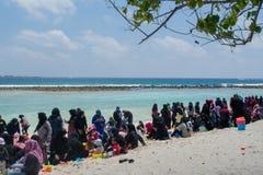 Plage publique complètement des personnes musulmanes à l'île de Villingili photographie stock