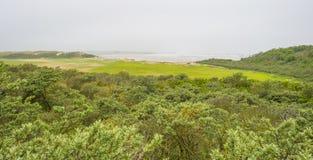 Plage récréationnelle le long de la Mer du Nord vue d'une dune au printemps photos libres de droits