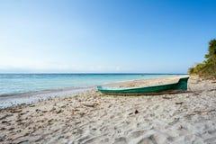 Plage rêveuse avec le bateau, Bali Indonésie, île de Nusa Penida Images stock