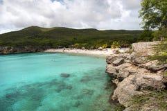 Plage reculée en île du Curaçao photo stock