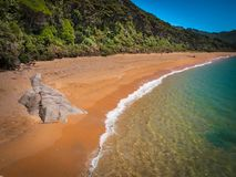 Plage reculée Nouvelle-Zélande de Totaranui Image libre de droits