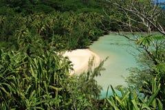 Plage reculée sur l'île de Huahine Photographie stock libre de droits
