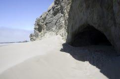 Plage, roches, ciel, caverne Photo stock
