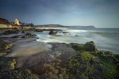 Plage rocheuse à marée basse près de temple de Kunkeshwar images libres de droits