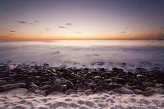 Plage rocheuse au coucher du soleil Images libres de droits