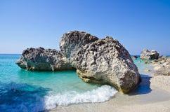 Plage rocheuse avec de l'eau turquoise Photo stock