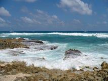 Plage rocheuse d'océan dans Cozumel Mexique Photographie stock libre de droits