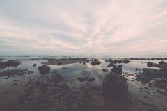Plage rocheuse de mer avec la perspective grande-angulaire Photos stock