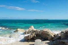 Plage rocheuse des Bahamas image stock