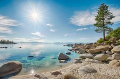 Plage rocheuse du lac Tahoe images libres de droits