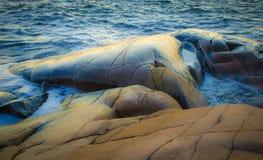 Plage rocheuse par la mer Image libre de droits