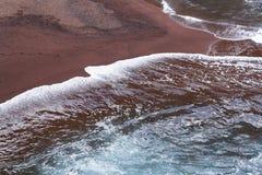 Plage rouge de sable sur la baie de Kaihalulu - île de Maui, Hawaï photo stock