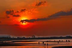 Plage rouge merveilleuse de coucher du soleil Photo stock