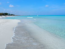 Plage sablonneuse à la mer des Caraïbes dans la ville de Varadero au Cuba Photo libre de droits