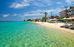 Plage sablonneuse avec de l'eau bleu paradis, Halkidiki, Kassandra, Gree photo libre de droits