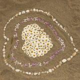 Plage sablonneuse avec le coeur des fleurs, Corse Photos libres de droits