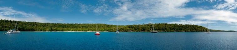 Plage sablonneuse blanche de Crystal Water de paradis de Polynésie images libres de droits