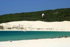 Plage sablonneuse blanche en Espagne avec le cristal - mer claire et ciel bleu image libre de droits
