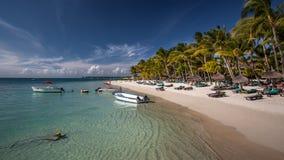 Plage sablonneuse blanche merveilleuse en Îles Maurice Photo stock