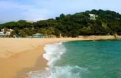 Plage sablonneuse dans la belle baie avec l'eau de mer azurée Photographie stock libre de droits