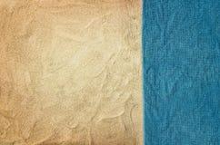 Plage sablonneuse et serviette de vue supérieure Fond avec l'espace de copie Photographie stock