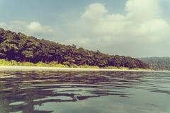 Plage sablonneuse exotique d'été avec des paumes de tache floue Images stock