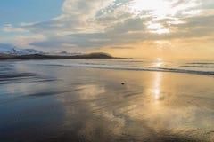 Plage sablonneuse noire de Brimilsvellir avec des réflexions de ciel Péninsule de Snaefellsnes, Islande Images libres de droits