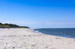 Plage sablonneuse sur la péninsule de Hel, mer baltique, Pologne Photographie stock libre de droits