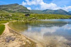 Plage sablonneuse sur le lac Montmalus en Andorre Image stock
