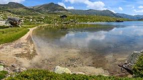 Plage sablonneuse sur le lac Montmalus en Andorre Photographie stock