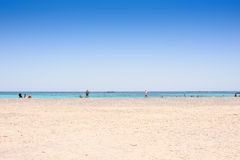 Plage sablonneuse sur une île avec la mer bleue et le ciel bleu Photos libres de droits